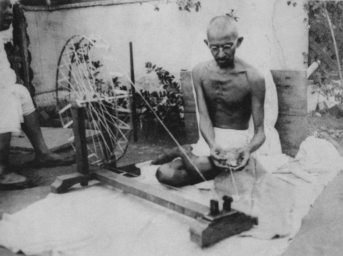Gandhi teixint (1946)