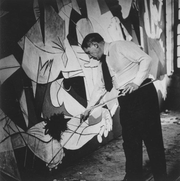 Picasso pintant el 'Guernica' (1937)