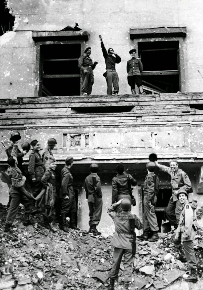 Soldats aliats parodiant Hitler (1945)